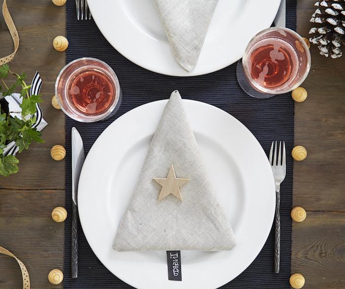 tischdeko weihnachten dezente und elegante tischdeko zum fest serviette wie weihnachtsbaum gefaltet weingläser gabel messer teller