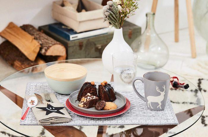 günstige weihnachtsdeko glastisch teller voll mit kuchen torte serviette graue tisch
