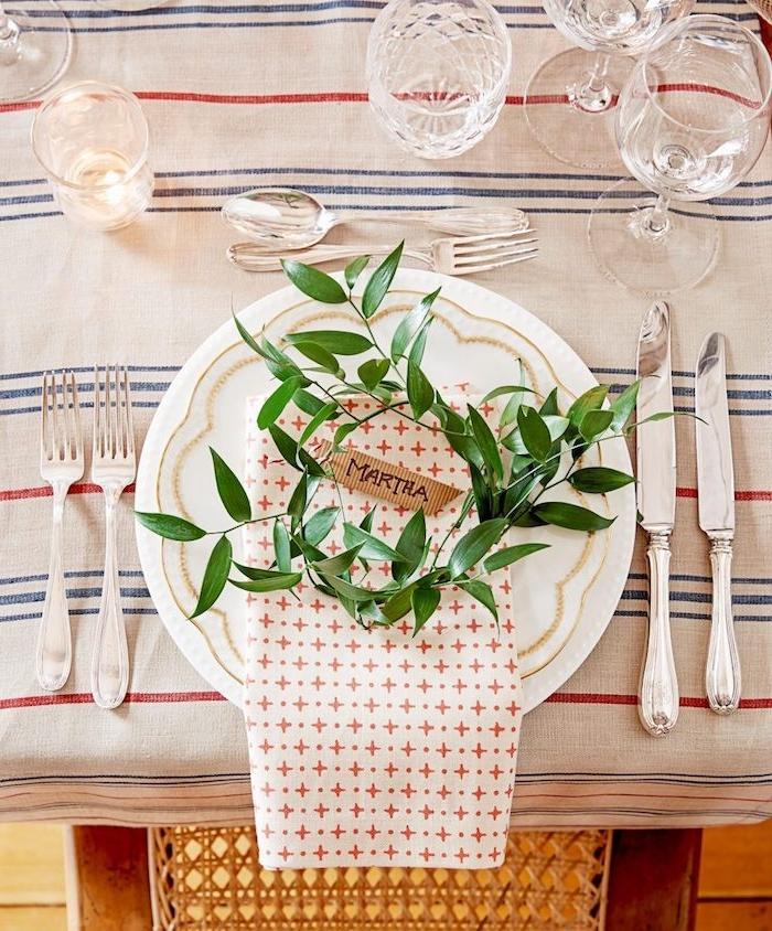 weihnachtliche tischdeko ideen dezent und elegant teller mit serviette und natürlichen zweigen drinnen