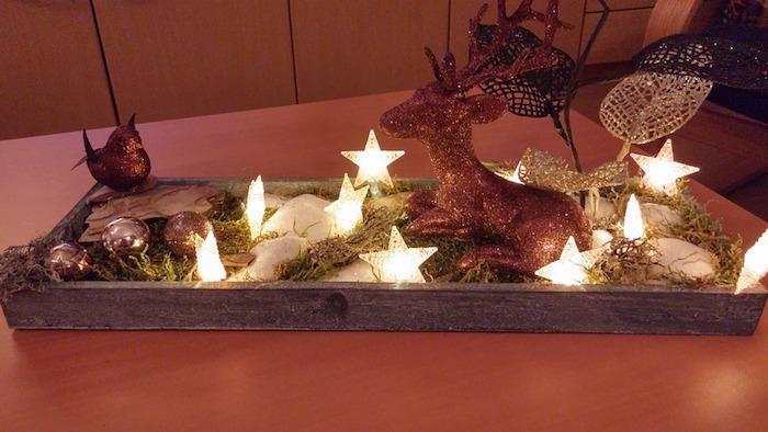 weihnachts deko natur ideen zum selbermachen deko ideen auf dem tisch elch deko mit leuchtenden sternchen tischdeko basteln