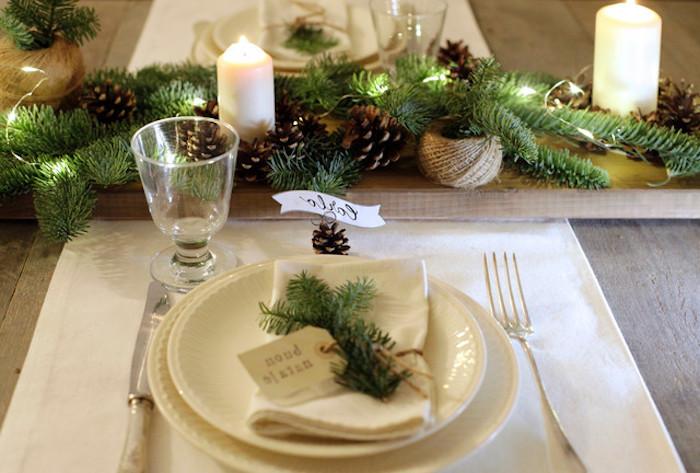 tischdeko weihnachten zwei teller ineinander gaben glas kerzen leuchtend zapfen deko ideen