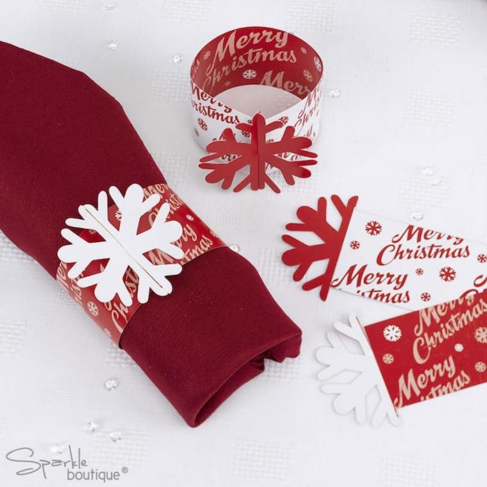 weihnachts deko natur ideen zum selbermachen rote servietten mit schneeflocken weiß rot deko ideen zu hause
