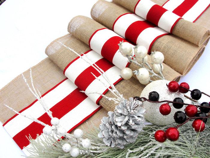 tischdeko weihnachten tischdecke mit den farben des winters weihnachten rot weiß stahlmotive zapfen rote beeren