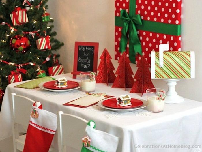 weihnachtsdeko selber basteln tischdecke in weißer farbe rote dekorationen mit grünen socken geschenk an der wand