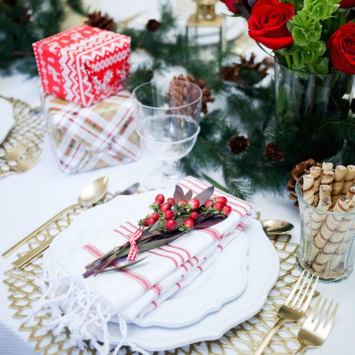 weihnachtsdeko selber basteln elegante tischdeko zum fest tolle idee in den typischen farben weihnachten in weiß gold rot und grün