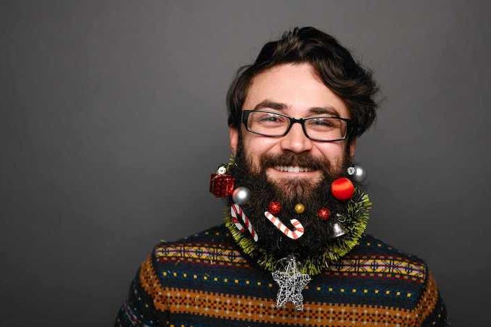 ein Herr, der seinen Bart wie Tannenbaum geschmückt hat - Weihnachtsfotos