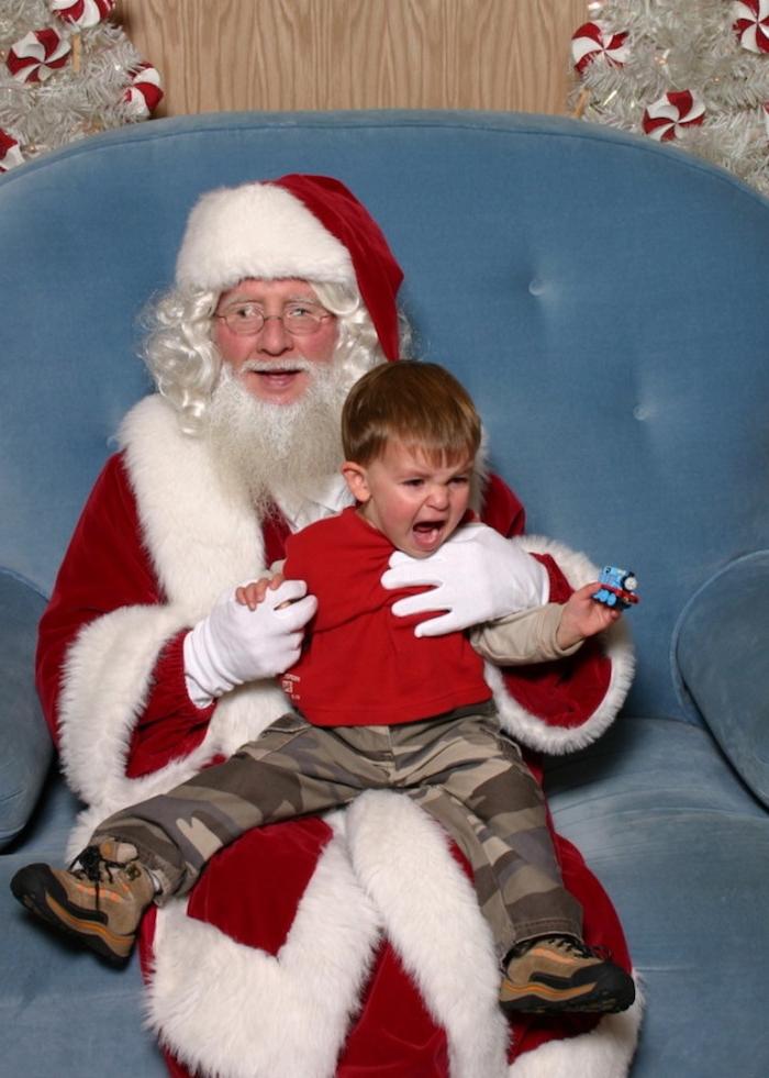 ein kleiner Junge, der den Weihnachtsmann nicht gern hat - Weihnachtsfotos