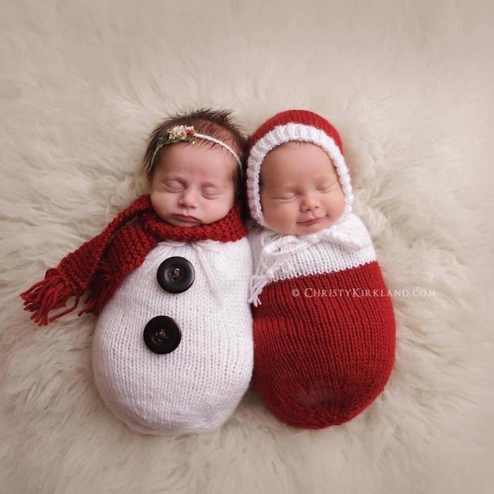 zwei kleine Zwillinge gekleidet zu ihrem ersten Weihnachten - lustige Weihnachtsgrüße