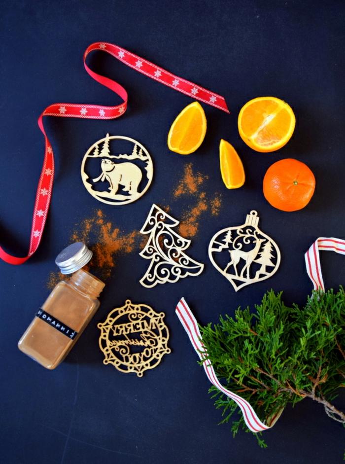 Weihnachtsdekoration aus Holz, Girlande aus Orangenscheiben basteln, DIY Ideen für Weihnachtsschmuck