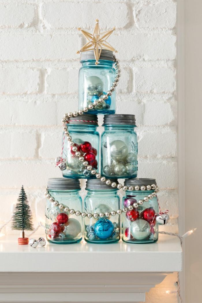 Christbaum aus Einmachgläsern, voller Weihnachtskugeln, mit silberner Girlande und Stern geschmückt