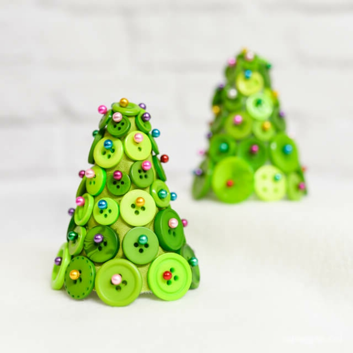 Kleine Christbäumchen aus Styropor, grünen Knöpfen und Stecknageln basteln, DIY Weihnachtsdeko