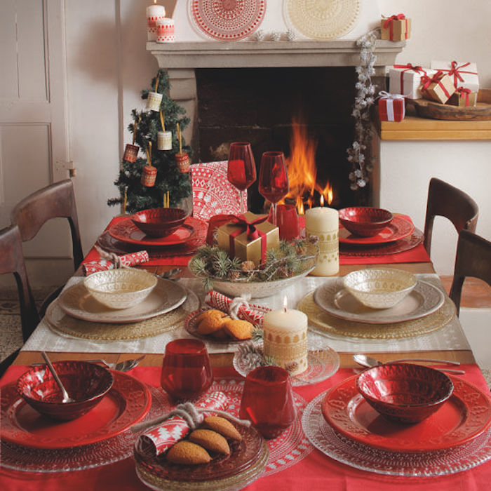 diy weihnachtsdeko auf dem tisch tisch mit sechs plätzen teller und schüssel in rot kerze kamin weihnachtsbaum