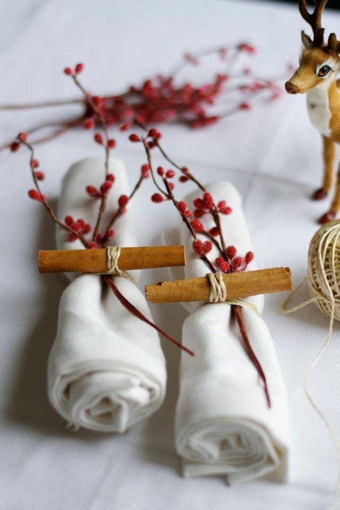 dekoration weihnachten tischdeko zum selbermachen weiße servietten falten und mit zimt und roten beeren schmücken