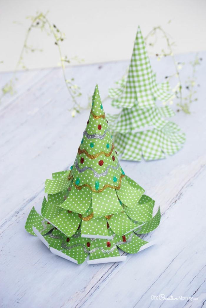 Christbäumchen aus Papier ausschneiden und mit Glitzer verzieren, Weihnachtsdeko selber basteln