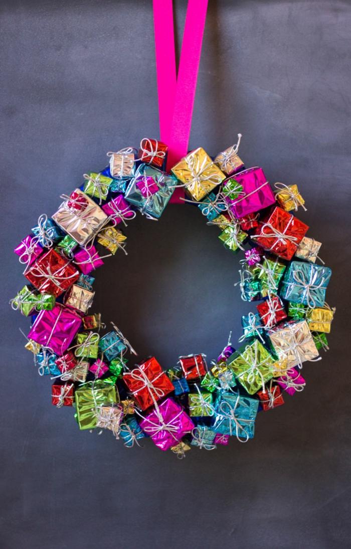 Weihnachtskranz selber machen, kleine Dekogeschenke mit Heißklebepistole befestigen, Weihnachtsdek für die Eingangstür