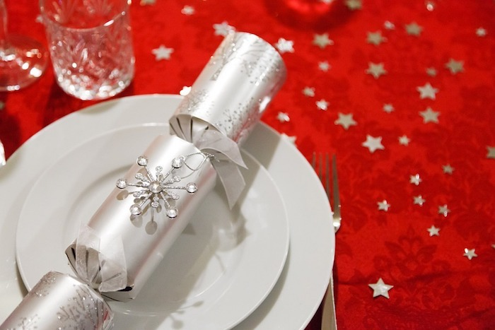 dekoration weihnachten die servietten wie kleine geschenke gestalten oder wahre geschenke den gästen vorbereiten überraschung in teller silberne tischdeko