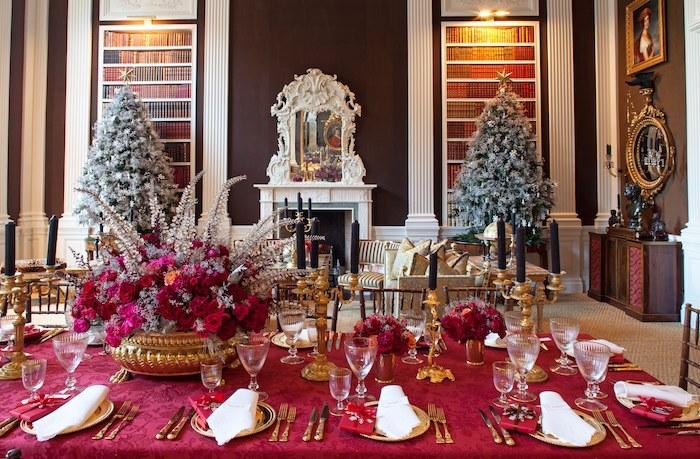 deko weihnachten weihnachtsdeko ideen tisch mit roter decke gedeckt zwei weihnachtsbäume