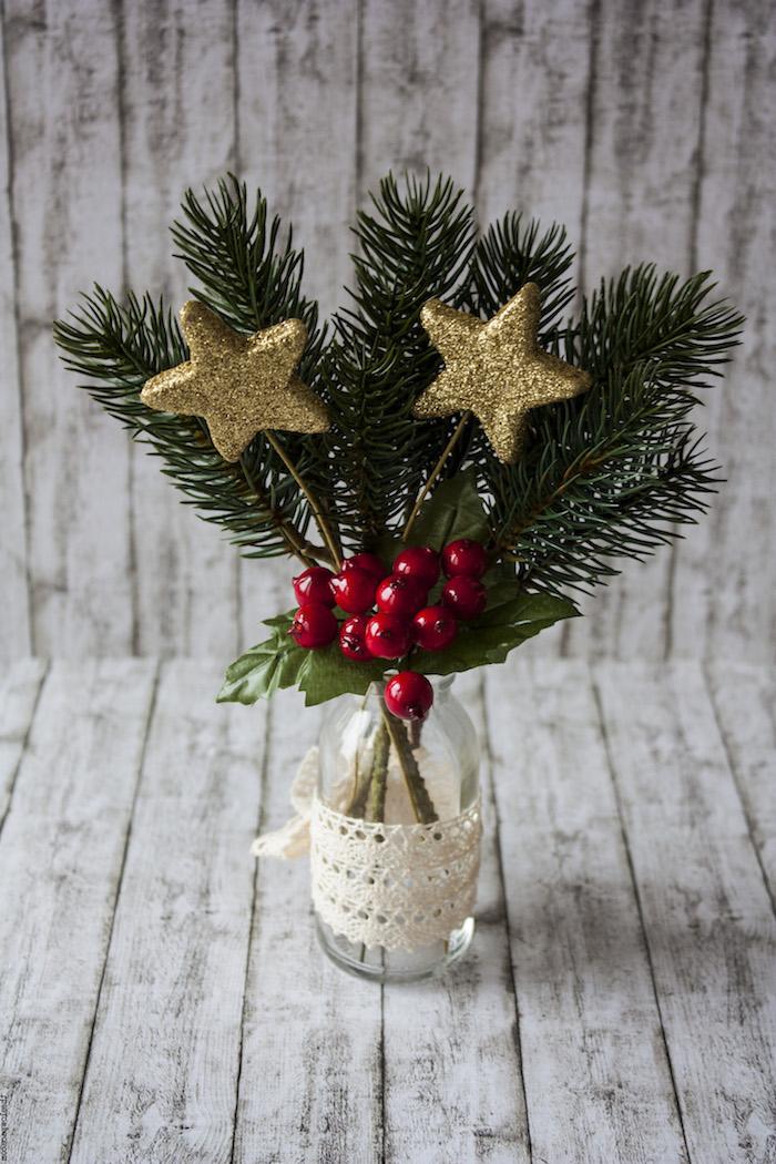 deko weihnachten eine glasflasche 3 zweige 2 kleine sternchen und rote beeren spitze zum dekorieren der flasche