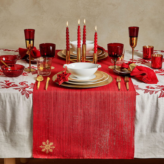 deko weihnachten rot und weiß sind die klassischen faben zum fest rote kerzen auf dem tisch schöne dekorationen mit goldenen elementen