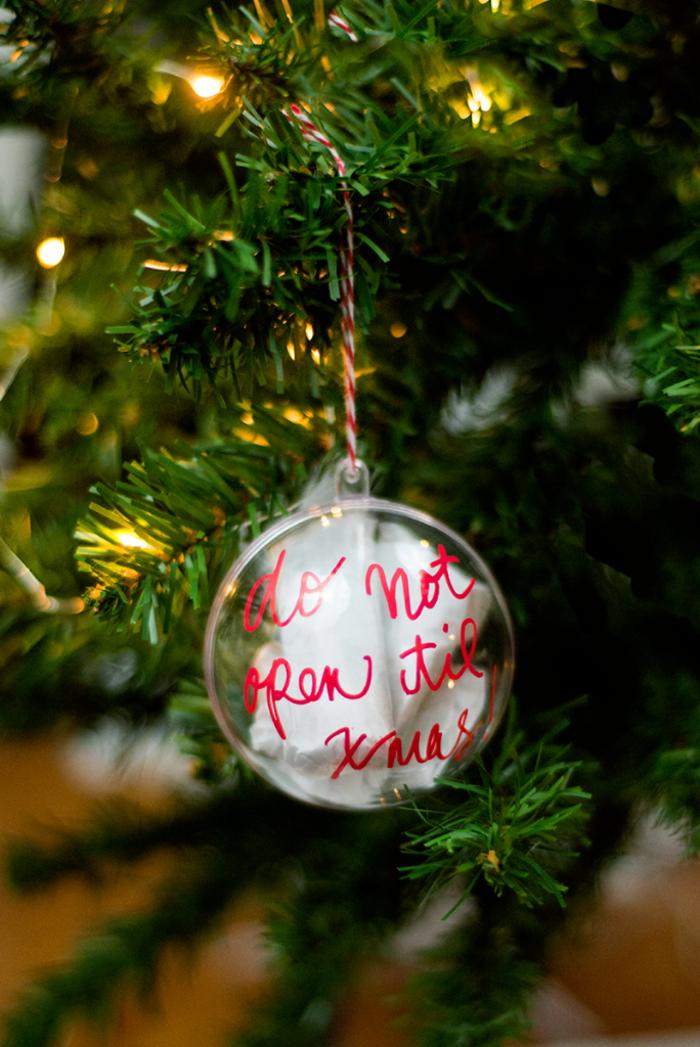 Weihnachtskugel selber beschriften und mit kleine Geschenken füllen, selbst gemachter Weihnachtsschmuck