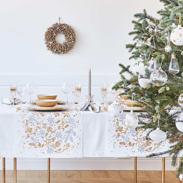 deko weihnachten weiße tischdecke mit dekorativen elementen in silbern und golden weihnachtsbaum mit schmuck aus glas