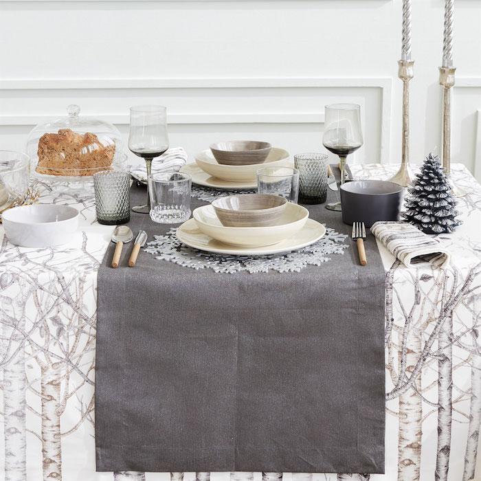 dekoideen weihnachten weihnachtliche deko in weiß mit dekorativen elementen zweige gruae decke tannenbaum figur kerze schüssel frisch gebackenes brot