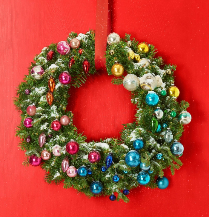 Weihnachtskranz aus Tannenzweigen selber machen, mit bunten Dekokugeln verzieren, roter Band