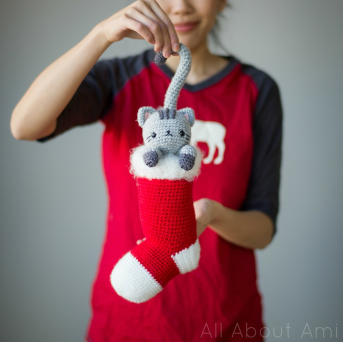 Selbst gehäkelte Katze und Weihnachtsstrumpf, tolle Idee für Weihnachtsdeko, Weihnachtsstimmung zu Hause