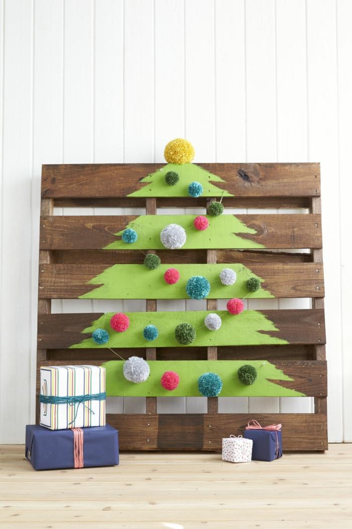 Kreative Idee für Christbaum zu Hause, auf Palette zeichnen, Pompons aufkleben, Geschenke schön verpackt