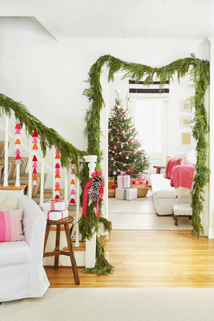 Girlanden aus Tannenzweigen und Zapfen, schöner Christbaum, viele Geschenke unter dem Baum