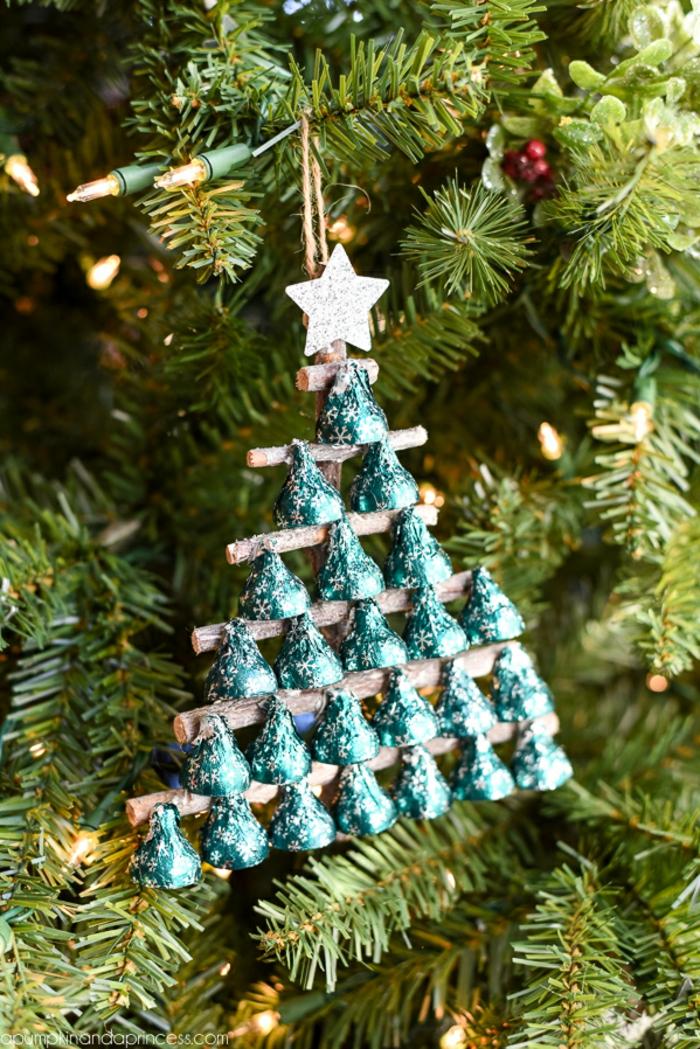 Christbäumchen aus Holzstäbchen und Pralinen selber machen, DIY Idee für Weihnachtsschmucck zum Nachmachen