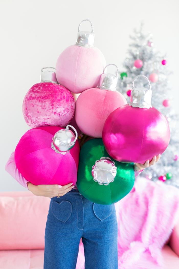 Dekokissen als Weihnachtskugeln in Rosa und Grün; Weihnachtsdeko für das Wohnzimmer