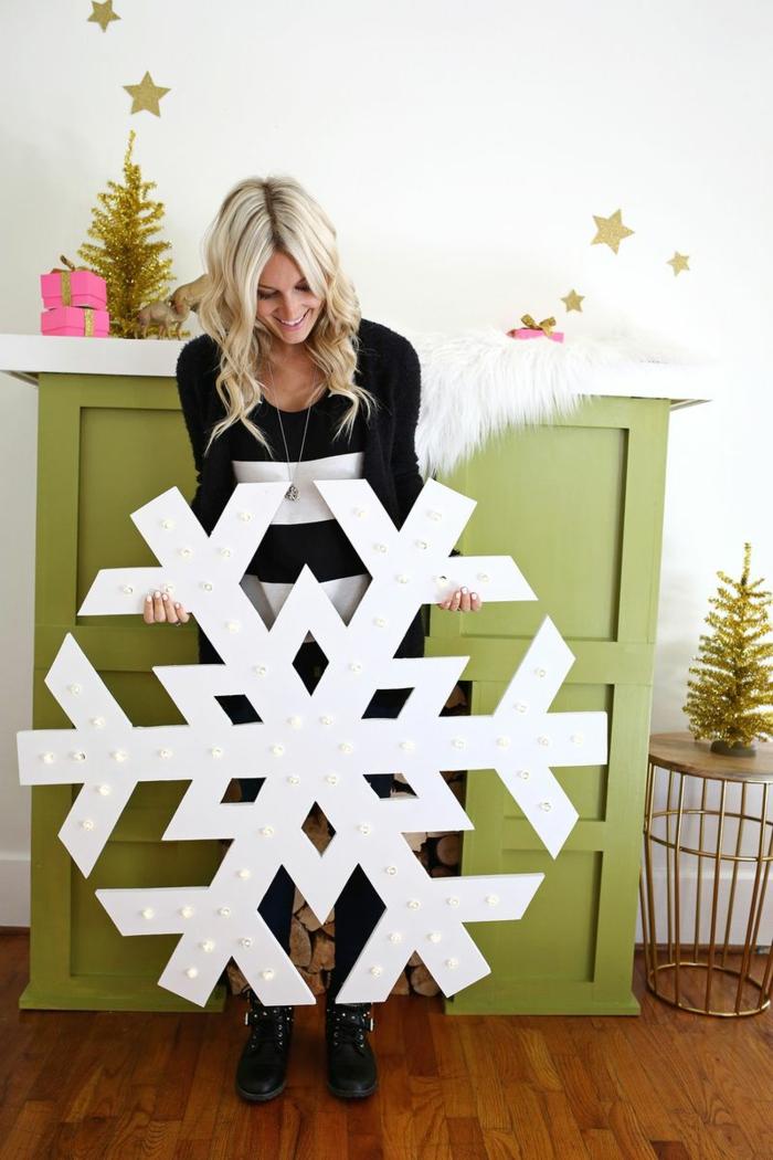 Riesige Schneeflocke, goldene Christbäumchen, Sternchen an der Wand, kleine Weihnachtsgeschenke