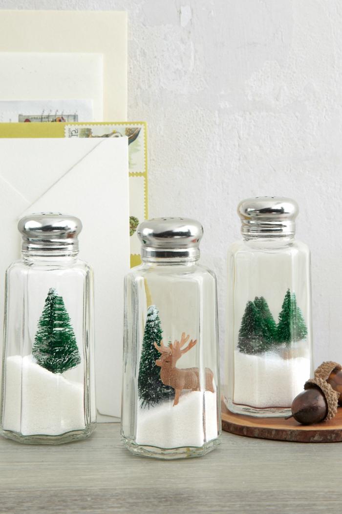 Schneekugeln aus Salzstreuern selber machen, kleine Chrisbäumchen und Rentier darin, Weihnachtsdeko kreativ basteln