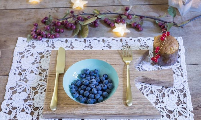 dekoration weihnachten blaubeeren in einer schüssel weiße spitze unterlage frische zweige deko ideen sogar auf dem muffin