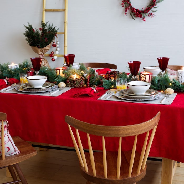 dekoideen weihnachten rote tischdecke mit grünen zweigen verziert und goldene elemente weiße geschirrelemente geschirr in weiß schüssel teller silberne geschirr