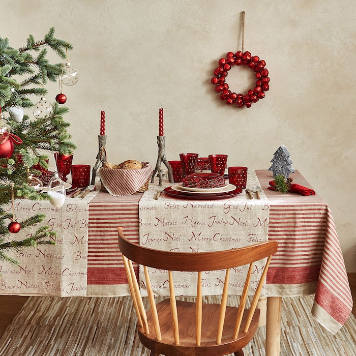 dekoideen weihnachten weihnachtliche atmosphäre roter kranz hängt an der wand weihnachtsbaum links stuhl aus holz tischdecke