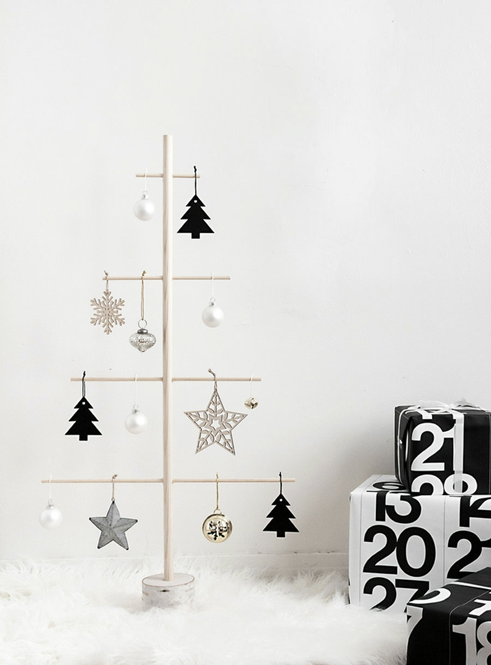Christbaum aus Holzstäbchen und Hängedekoration selber basteln, schlichter Weihnachtsschmuck, Geschenke in Schwarz und Weiß