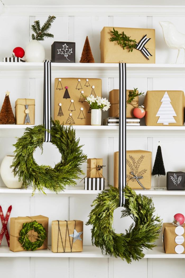 Schön verpackte Weihnachtsgeschenke, Weihnachtskranze aus Tannenzweigen, schwarz-weiße Bände