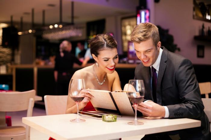 Erlebnisgeschenk für Mann auswählen, romantisches Abendessen in luxuriösem Restaurant, glückliches Ehepaar, Rotwein genießen