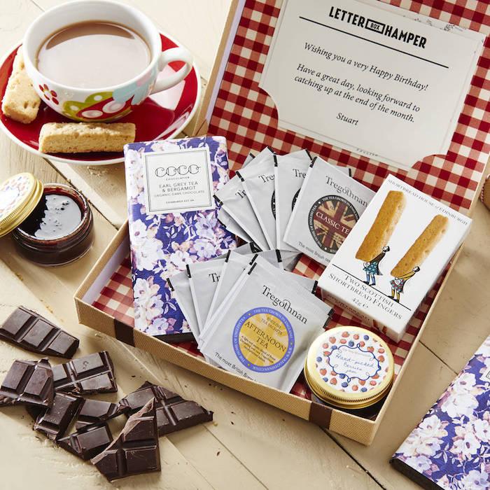geschenkideen für beste freundin eine kiste mit teesorten schokolade und kekse liebevolles geschenk kiste