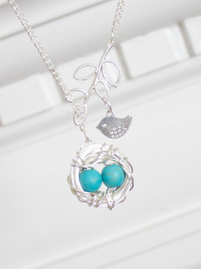 Weihnachtsgeschenk Mutter - eine Komposition - ein Vögel hat auf einem Zweig Nest gemacht und sorgt für zwei Eier