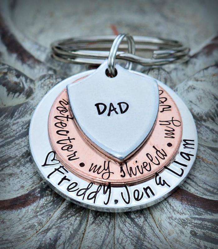 Weihnachtsgeschenke Vater ein Schild mit dem Wort Vati und zwei runde Teile mit zarten Wörtern