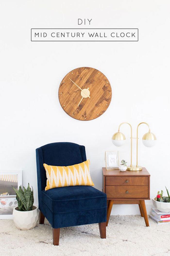ein DIY Uhr aus Brett im Wohnzimmer über einem blauen Sessel - Geschenkideen Eltern