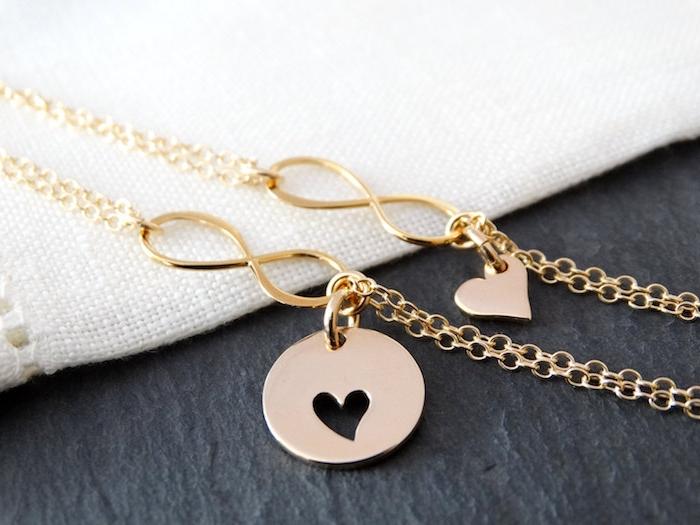 zwei Armbänder für Mutter und Kind mit kleinen Herzchen - Geschenkideen Eltern