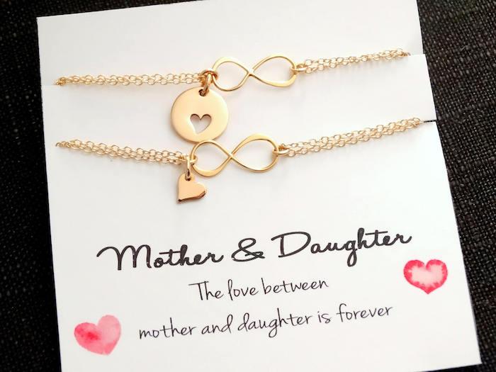 zwei Armbänder mit Herzen - ein Geschenk von Tochter zu ihrer Mutter - Geschenkideen Eltern