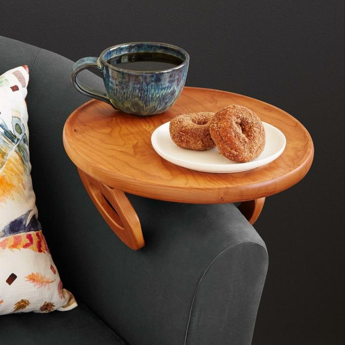 Weihnachtsgeschenke für Männer, kleiner Holztisch für das Sofa, Donuts und Kaffee genießen