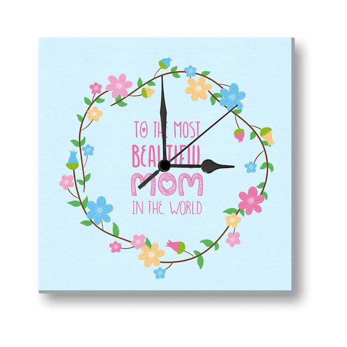 eine blaue Uhr mit Aufschrift - zu der hübschesten Mutter der Welt, Blumenmotive als Verzierung