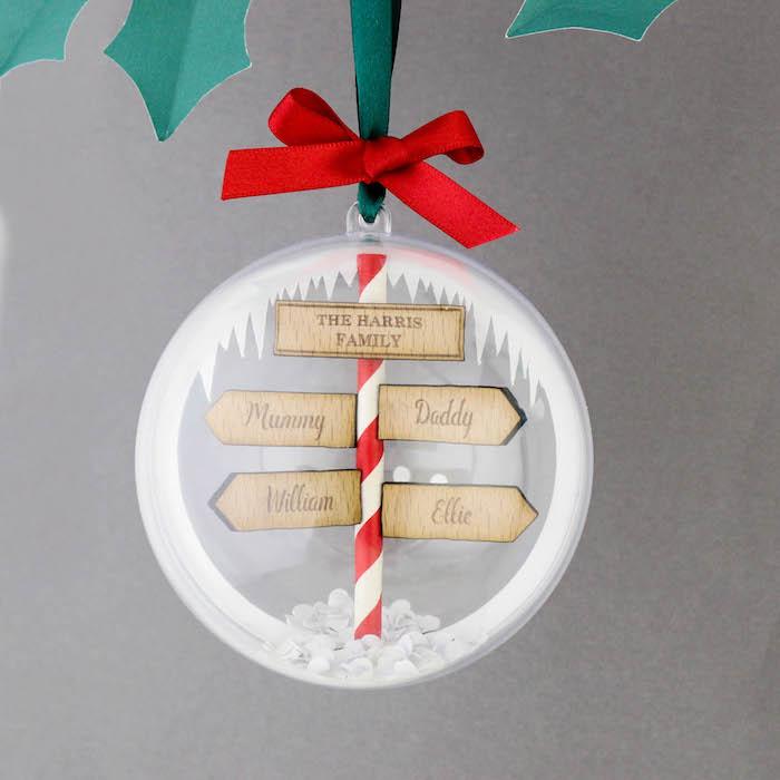 Weihnachtsgeschenke Eltern - ein Kugel mit Tabellen, die zu der Familie richten