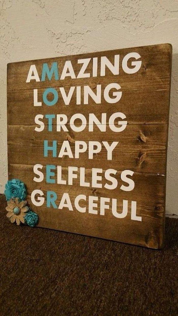 ein Anagramm für das Wort Mutter auf einem Brett mit Blumen Deko - Danke sagen Geschenk